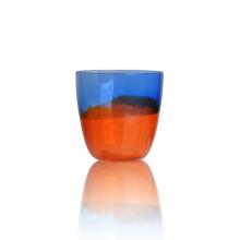Deux bougeoirs en verre coloré