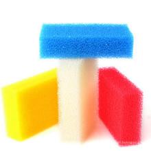 Éponge de plats colorés