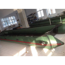 Армия зеленый тяжелых военных спасательная лодка
