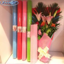 envolviendo el ramo de flores en relieve tela no tejida envoltura de flores material