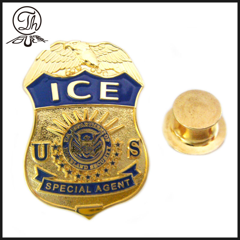 The US police metal pins