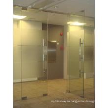Проходная стеклянная дверь с пружинной дверцей