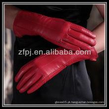 Fabricação de luvas de couro vermelho