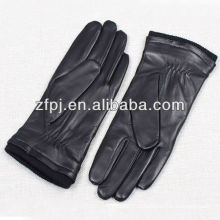 Hommes gants menant à la fine pointe de la moto