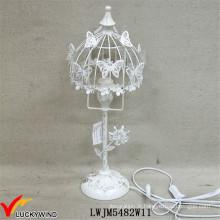 Pitoresca bela lâmpada de mesa de metal branco com borboleta