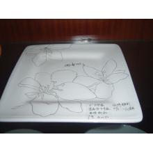 Placa cuadrada de cerámica con el patrón pintado a mano