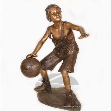 Gartendekorations-Bronze-lebensgroßer Junge, der Basketball-Skulptur spielt