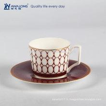 Ensemble de tasse de café et de soucoupes en chocolat en céramique à l'espresso isolé