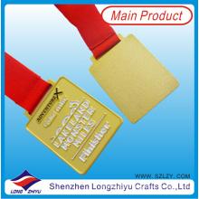 Percha medalla cuadrada chapada en oro con cinta