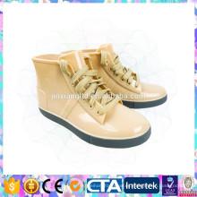 Atan para arriba los zapatos de la lluvia de la manera para la muchacha