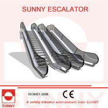 Rolltreppe mit runder Handlauf-Einlasskappe und klar kontrastierter Bodenplatte, Sn-Es-D045