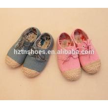 Los cabritos de la alta calidad atan para arriba los zapatos ocasionales de las muchachas de la alpargata de los zapatos