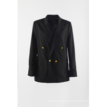 Schwarzer Anzug mit Goldknopf