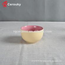 Kinder verwenden keramische Essgeschirr