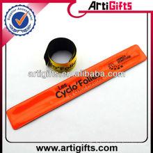 Lueur de conception personnalisée dans le bracelet slap foncé