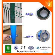 Металлические или пластиковые крепления для ограждения из проволочной сетки