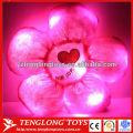 Красочные чучела красный цветок освещают подушку