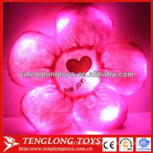 Colorido relleno forma de flor roja hasta la almohada