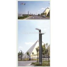 Deux bras mènent un poteau d'éclairage de rue en acier avec un capteur de lumière