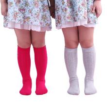 Miúdos das crianças sobre peúgas elevadas das meias do joelho (TA705)