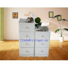 Tela blanca. Bastón de almacenaje conveniente que conforma un gabinete de madera maciza.