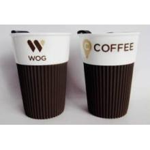 Taza de café de cerámica al por mayor con tapa de plástico y manga de silicona