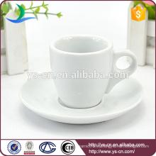 Porcelana pequeña taza de café y platillos