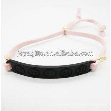 Banhado a cor preta liga esculpida phiz símbolo pulseira de couro branco