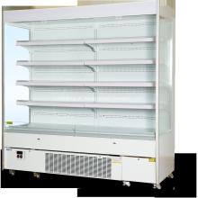 Supermercado com vários decks de geladeira aberta para laticínios e salsichas