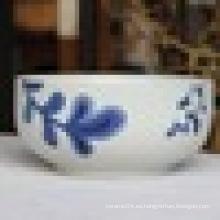 Ensaladera de porcelana de cuerpo blanco con diseño floral