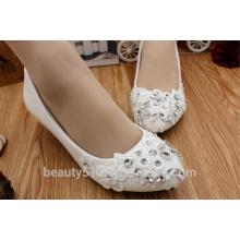 La dama de honor blanca y baja de la boda viste los zapatos con los zapatos de vestido de boda suaves WS019