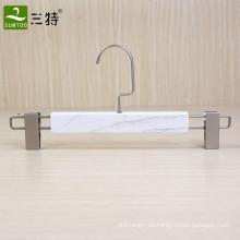 Aufhänger aus weißem Holz mit flachen Clips