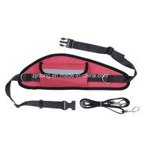 Рука свободного поводок собаки с сумкой талии