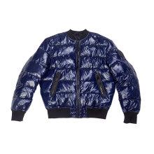 Preenchimento falso dentro da jaqueta de estofamento dos homens