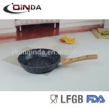 Sartén de revestimiento de piedra de granito forjado de aluminio con mango de madera