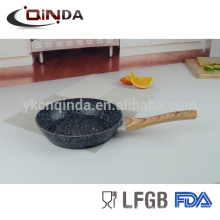 Frigideira forjada em alumínio granito para revestimento de pedra com cabo de madeira
