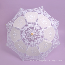 Blanco satén y encaje paraguas de la boda con la manija de ladrillo de madera parasol encaje paraguas