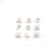 Top vente alphabet charmes, laser personnalisé pendentifs breloques, lettre charmes en gros