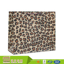 El OEM de gama alta modificó los bolsos del partido del papel de la impresión del leopardo de Brown Kraft con las manijas