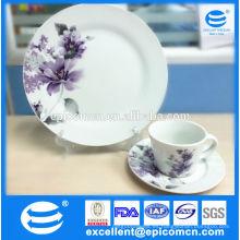 Tradicional de la gracia té británico conjunto de cerámica con flores púrpura de impresión
