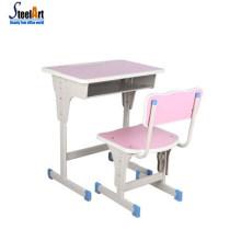 École primaire mis en classe le bureau et le mobilier scolaire de chaise