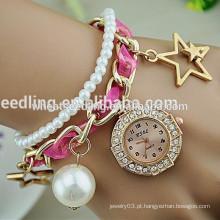 Os gilrs novos do projeto amarram o relógio de senhora da pulseira da pérola do diamante
