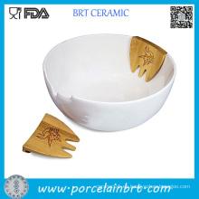Manos blancas en el tazón de ensalada de porcelana del servidor