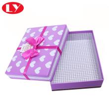 Kotak hadiah Natal dekoratif yang besar dengan kelopak mata