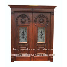 Puerta de madera maciza tallada y doble puerta exterior abierta