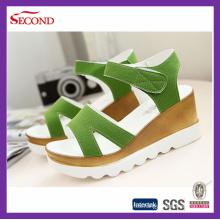 Zapatos verdes del verano de las mujeres con ante helado