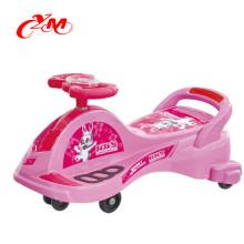 Мальчик девочка качели шевелить машине на поворот идут дети детский самокат /нет педали плазма/малышей толкать автомобиль ретро автомобиль качания