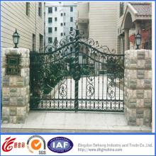 Hermosa puerta de entrada de hierro forjado