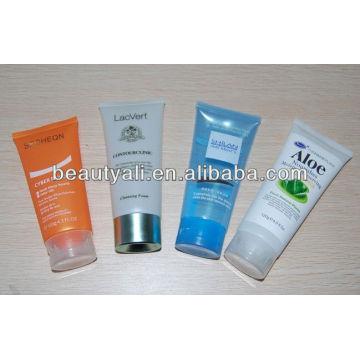 Crema de la piel que blanquea el tubo cosmético plástico con la tapa del soporte para arriba