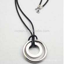 Colgantes baratos plateados del círculo del acero inoxidable con la cuerda de cuero de la PU
